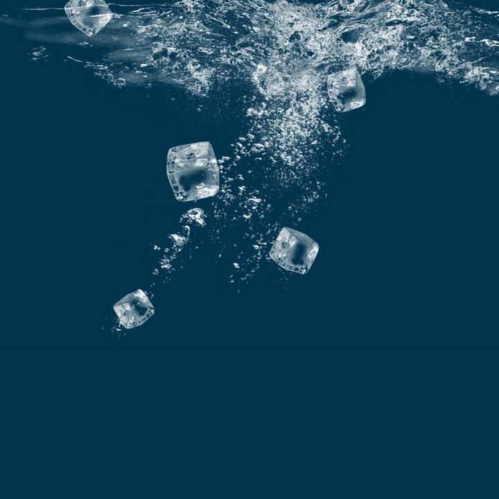 掉落到水中的冰块效果图片免抠素材