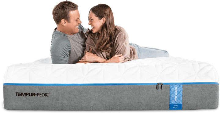 趴在床垫上聊天的情侣床上用品png图片透明背景免抠素材