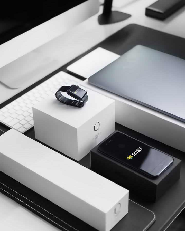 摆放整齐数码产品苹果iWatch智能手表和iphone手机样机
