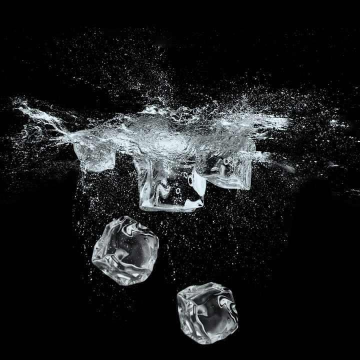 掉落到水中激起水花的立方冰块图片免抠素材