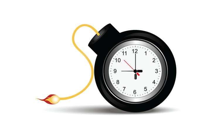 带闹钟的燃烧的定时炸弹图片免抠素材