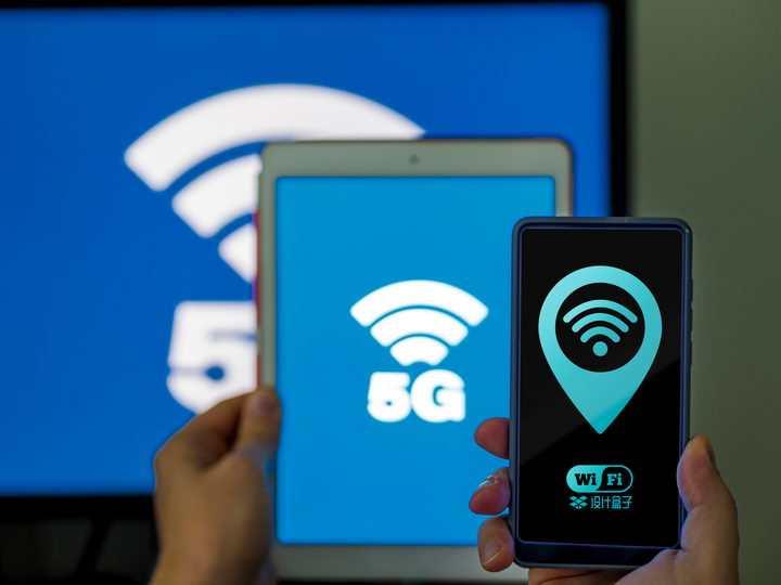 电脑显示器平板电脑和手机上的5G显示样机PSD图片模板