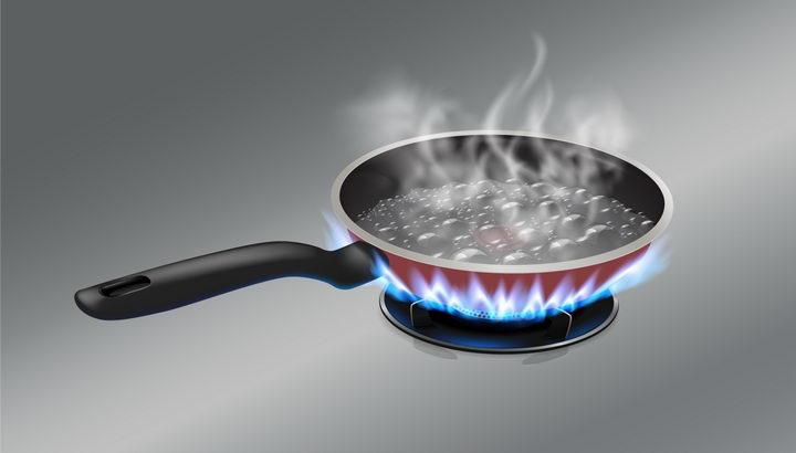 正在煤气灶上烧水的平底锅厨房用品图片png免抠素材 生活素材-第1张