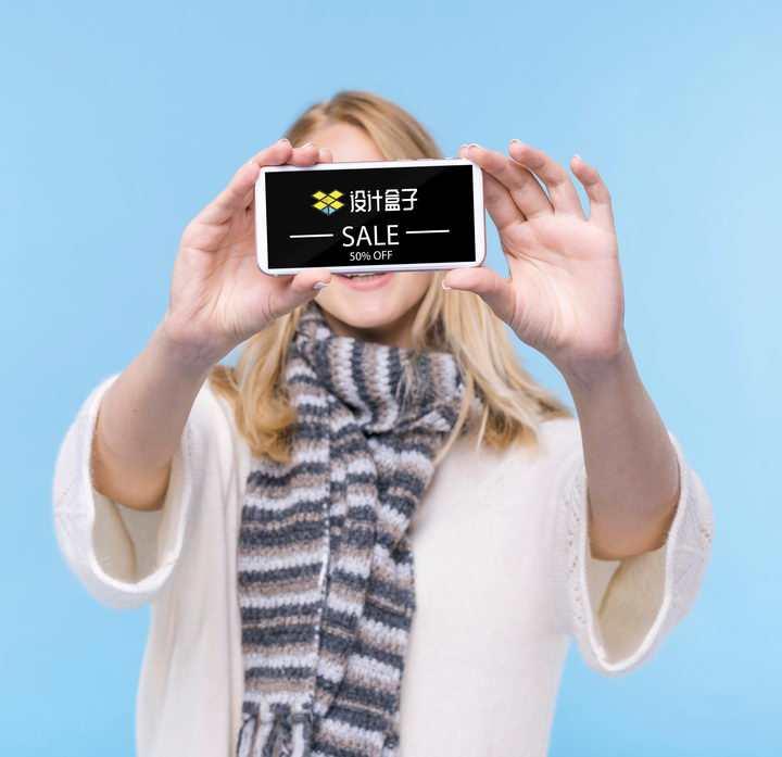微笑的美女双手托着手机为你展示画面样机PSD图片模板