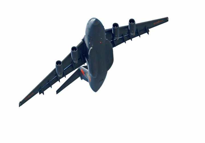 翱翔的运20军用大型运输机腹部透明png高清免抠图片
