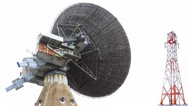 巨大的卫星地面站天线和无线信号发射塔png图片素材