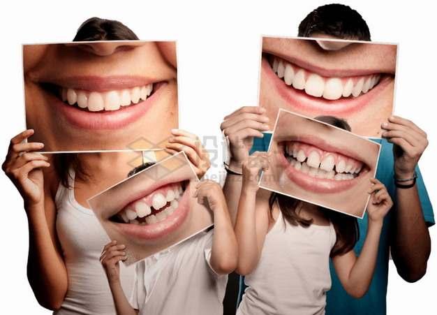 幸福一家四口拿着微笑嘴巴照片遮住自己的脸国际家庭日png图片素材