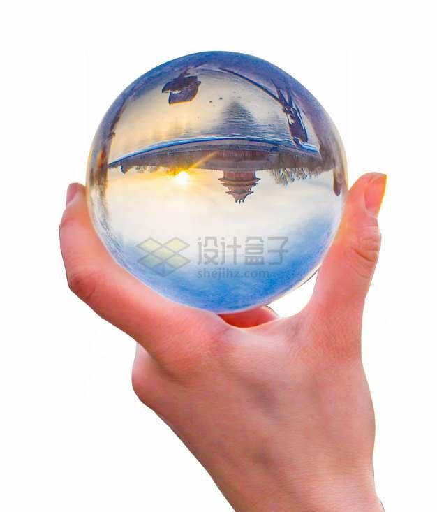 手上拿着的水晶球中有故宫的倒影png图片素材