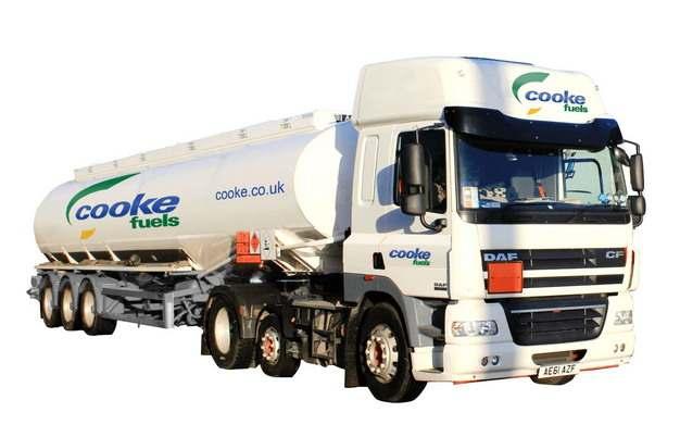 白色槽罐车油罐车危险品运输卡车侧前方图411093png图片素材