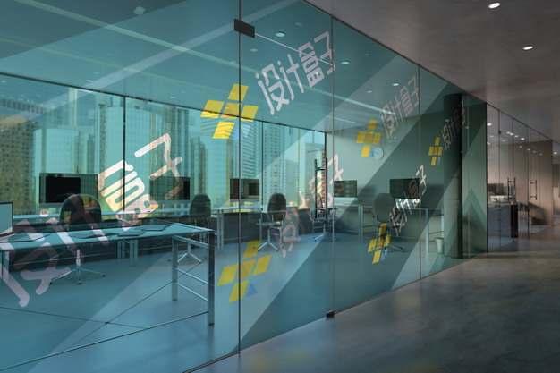 写字楼办公室玻璃墙上贴纸画面psd样机图片模板素材