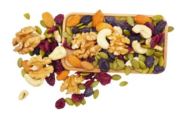 木盘中的核桃仁杏仁腰果葡萄干果脯等干果美味零食542720png图片素材 生活素材-第1张