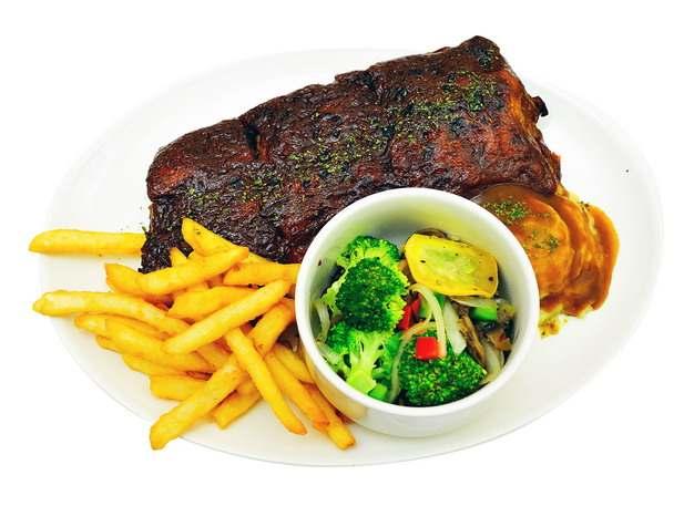 香煎牛排牛肉薯条和蔬菜汤558008png图片素材