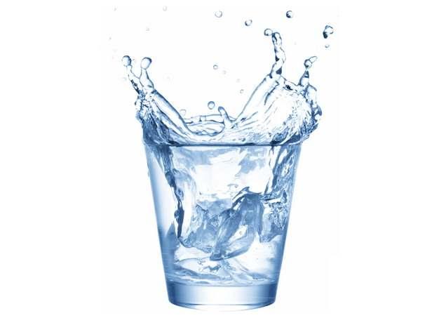冰块掉落在玻璃杯中飞溅的水花效果130768png图片素材