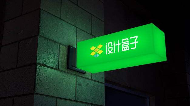 夜晚墙壁拐角处的绿色发光灯箱广告牌样机726742PSD免抠图片素材