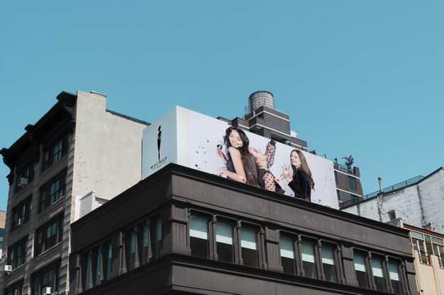 大厦楼顶的巨幅广告牌展示样机8467530PSD图片素材