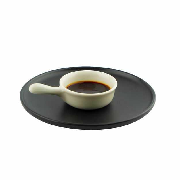 黑色盘子上的一碟酱油调味品353070png图片免抠素材