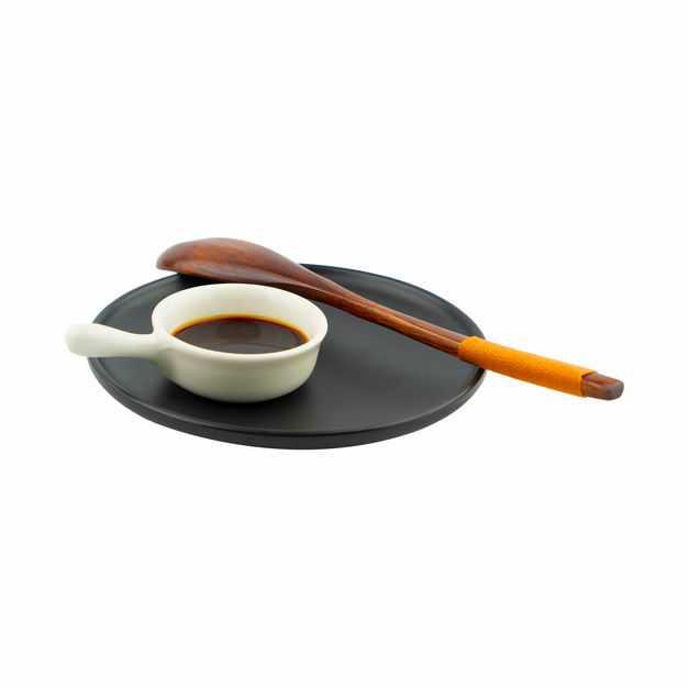 黑色盘子上的一碟酱油调味品和木头勺子288743png图片免抠素材