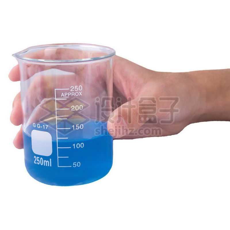 一只手拿着玻璃烧杯刻度杯等化学实验仪器7269865png图片免抠素材