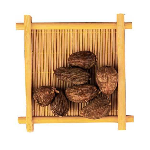 俯视视角木盘子中装着的草果香调味品香料4721129png图片免抠素材