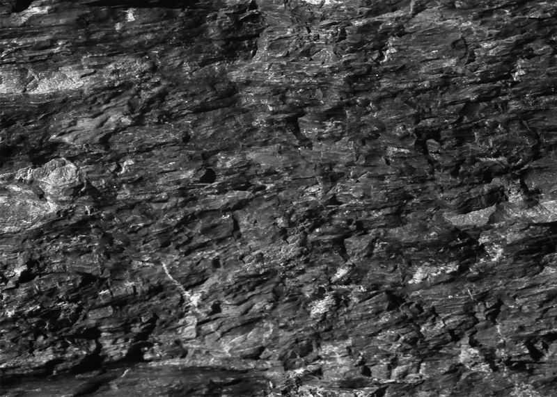 夹杂着白色石英石的黑色石头煤层背景图8546068图片素材