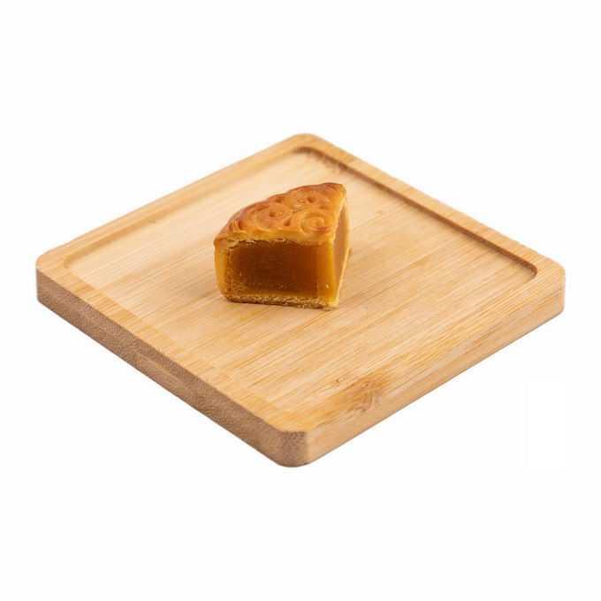 砧板上的四分之一块莲蓉月饼广式月饼中秋节美食3949124png免抠图片素材