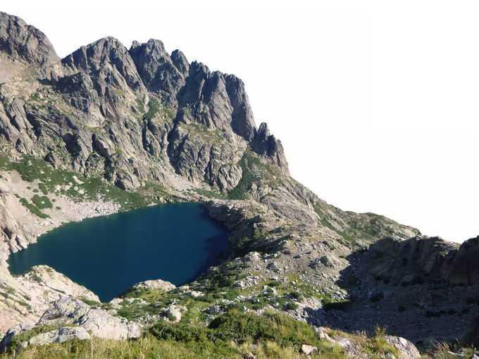 高山湖泊和周围的山峰9758375png免抠图片素材