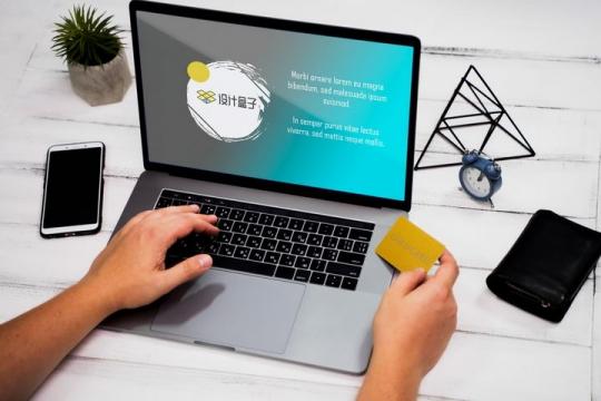 查看信用卡的苹果MacBook Pro笔记本电脑屏幕显示样机PSD图片模板