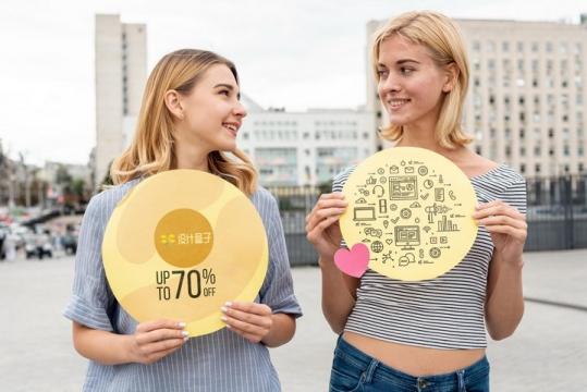 两位美女手上各拿着一个圆盘为你展示其上内容界面样机PSD图片模板