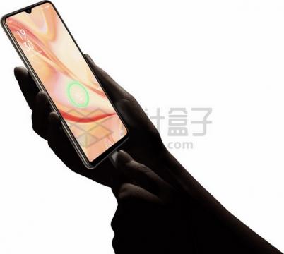 黑暗中的一双手拿着手机充电png图片素材