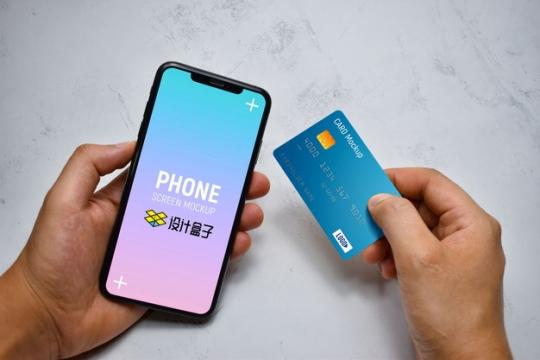 一手拿着苹果iPhone 11手机和银行卡展示样机psd样机图片模板素材