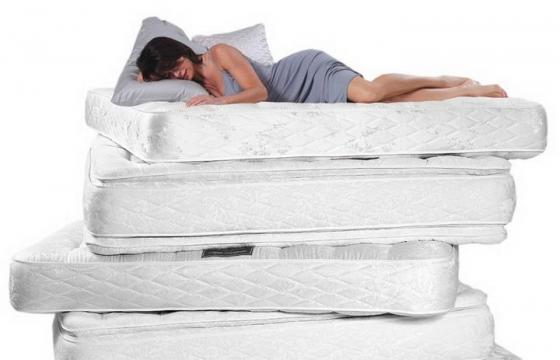 睡觉在四层床垫上的女人png图片透明背景免抠素材