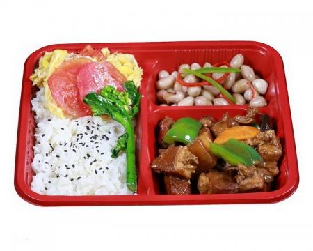一次性餐具中的花生米和红烧肉米饭png图片免抠素材